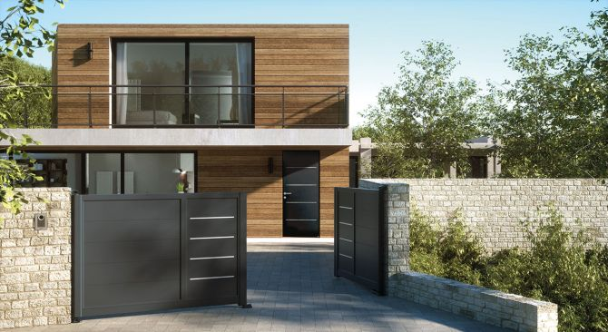 Design accordé pour la porte alu Cotim 11 avec déclinaison du décor sur portail de clôture